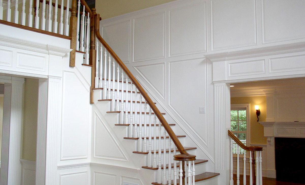 <h2>FOYER TRIM</h2><p>Raised panels, columns, to crown moldings. With an eye for detail, our interior homes have that personal touch.</p>